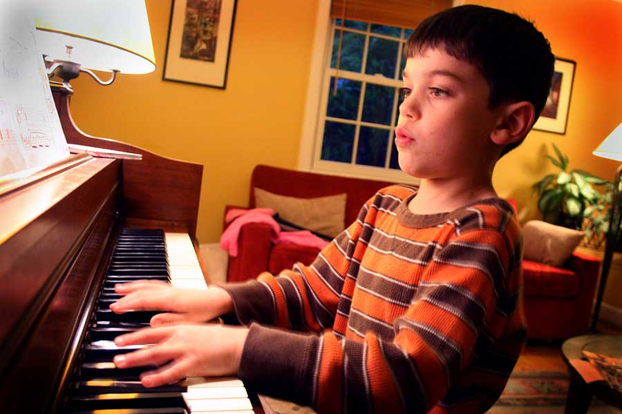 Kid applying deliberate practice to improve his skills playing piano. (© woodleywonderworks on Flickr, CC BY 2.0. Source: https://www.flickr.com/photos/wwworks/3509508038)